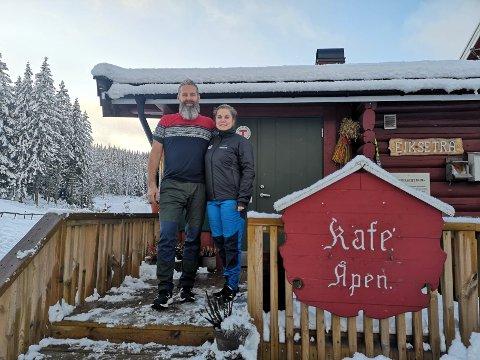 VERTSKAP: Sven Helge Vold og Anne Nymoen Jensen er vertskap på Eikstera turisthytte. Sven Helge er fra Gjerdal, mesn Anne er fra DRammen.
