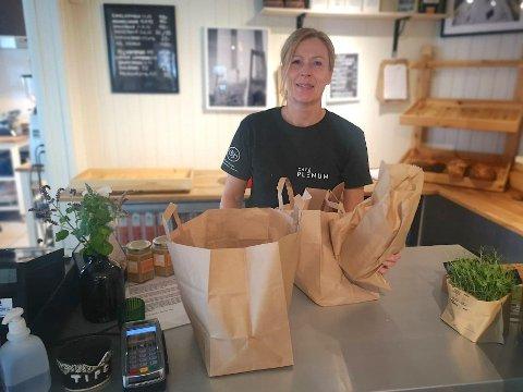 """OVERSKUDDSBRØD: Mona Bergli ved Café Plenum pakker de siste brødene ned i """"forundringsposer"""". – Kunden betaler 40 kroner, men får varer til en verdi av dobbelte eller tredobbelte, alt utifra hva vi har igjen ved slutten av dagen, forteller  Bergli."""