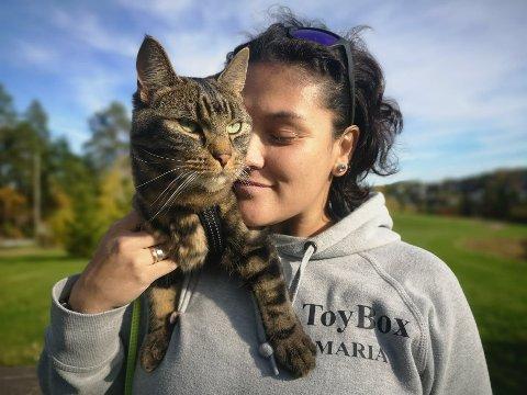 BESTEVENNER: Maria og katten Sirqs har et nært og tillitsfullt forhold til hverandre. Etter at Maria ble skadet i ryggen etter en operasjon, har katten betydd ekstra mye for henne.