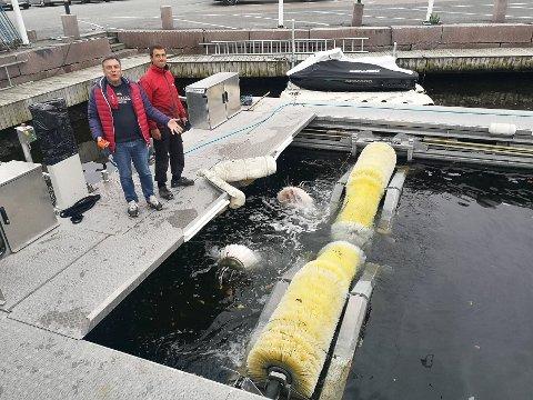 KLAR TIl VASK: Båtvaskemaskinen i Vollen er populrt blant båtfolket. Neste uke går alle inntekten til TV-aksjonen  og kampen mot plast i havet, forteller Morten Gjeruldsen t.v og Emanuel Iacob.