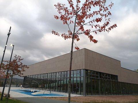VIKAR: Asker kommune søker fastlege i vikariat ved Røyken legesenter, som holder til i samme bygg som Røykenbadet.
