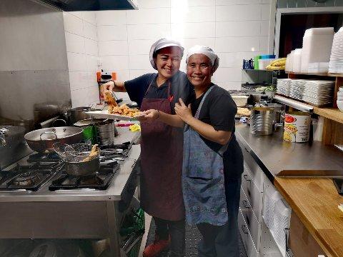 ÅPNET IGJEN: Ketsanee Plaichompoo (t.h) og Liya hadde ikke mye tid til annet enn å lage mat og servere fredag kveld, da restuaranten var fullbooket.