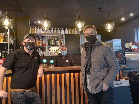 NYE TILTAK: Lasse Nordlie, Martin Arentz og Finn Strekerud ved Fyr gastropub tar initiativ til å samle utelivbransen i Asker.