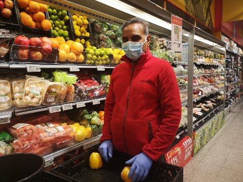 FOR MUNNBIND: Kewal er fagnsvarlig på Coop Extra i Sætre, og mener det er viktig å beskytte både kunder, kollegeer og egen helse.