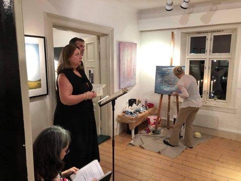 OPPTRÅDTE: Fra venstre Pia Borgli og sangerinne Ingebjørg Kosmo fra den norske opera medvirket under konserten i Holmsbu mens Birgitta Strobel gikk i gang med å male et bilde til musikken.