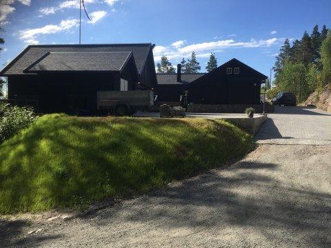 UTFORDRENDE: Ting blir mer utfordrende for Preben Henriksen når utkjørselen blir fylt igjen, og han må benytte seg av en ny vei på baksiden av huset.