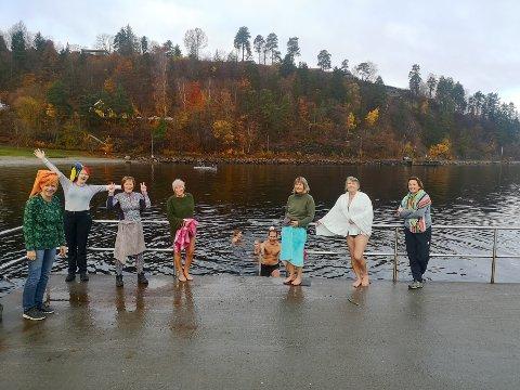 """STOR GJENG: Lørdag var det 12 badere på plass, men det er fortsatt god plass til å holde """"meteren"""" ute på moloen. Ferdig badet på land står Sissel Torgersen, Mary D. Hanssen, May Brit Nordstrøm, Ingvild Fjelskog, Mona-Heidi Isdal, Hedda C. Bergh. I vannet er blant annet Sølvi Dahl og Jan Ch. Berg."""
