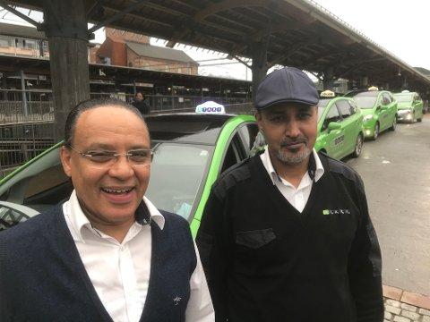 TØFFE: Ibrahim Jaffer fra Eritrea og Samir Agam fra India var tøffe nok til å bli med på et bilde til Røyken og Hurums Avis.