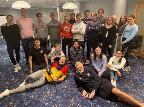 STEVNEMODUS: Asker en er av landets største svømmeklubber. I helgen deltok 19 askersvømmere i det årlige elitestevnet Nordsjøstevnet i Stavanger. Trener Rolf A. Nordang foran til høyre.