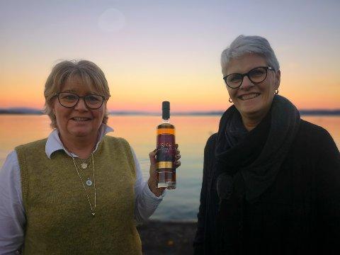 JULEDRÅPER: Elisabeth Takle Bye og Berit Gjeruldsen med den første versjonen av Vollens Jule Aquavit 2020 .
