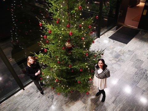 SMIL: Ordfører Lene Conradi og kommuneoverlege Meera Grepp oppfordrer alle til å smile og ta vare på hverandre i julen.
