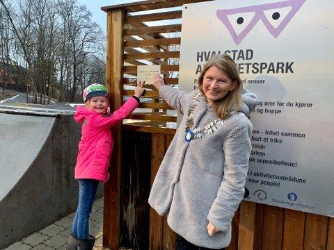PRISBELØNT: Celine Hammer og Lene Conradi henger opp plaketten.