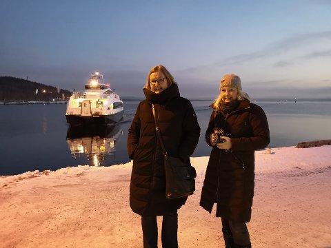 PENDLERE: Wenche Olsen og Marthe Bratsvedal, som venter på 07.45-båten fra Slemmestad til Oslo fredag morgen.