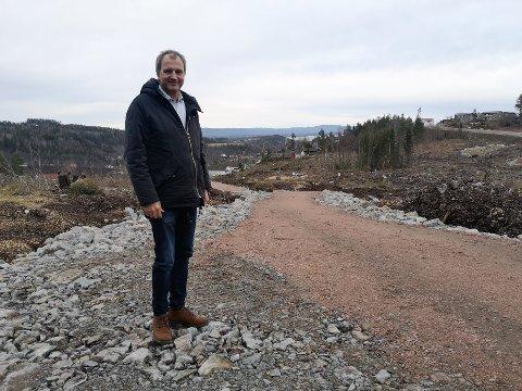 POPULÆRT OMRÅDE: Espen Oland i Block Watne gleder seg over at alle boligene i Del 1 er solgt. De åtte boligene skal bygges i området som vises i bakgrunnen.