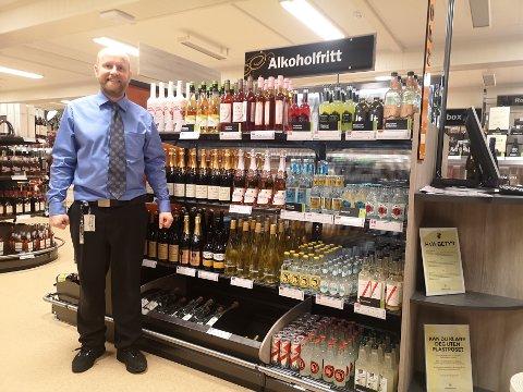 UTVIDET: Butikksjef Per Olafsen ved vinmonopolet i Slemmestad er glad for at polet har utvidet sortimentet innen alkoholfrie varer. – Det er jo også et samfunnsansvar å  tilby gode alkoholfrie alternativer.