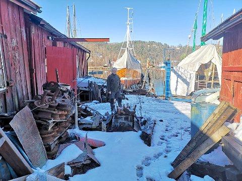 KYSTBYGD: Knut Magnus Myrvold håper at at de gamle driftsbygningene til Promhavn kan restaureres slik at de blir tilgjengelige for offentligheten.