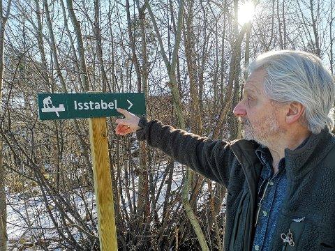 MERKET: Leder i Nærsnes kystlag, Knut Magnus Myrvold, peker på skiltet som viser vei til utstillingsveggen med de gamle bildene.