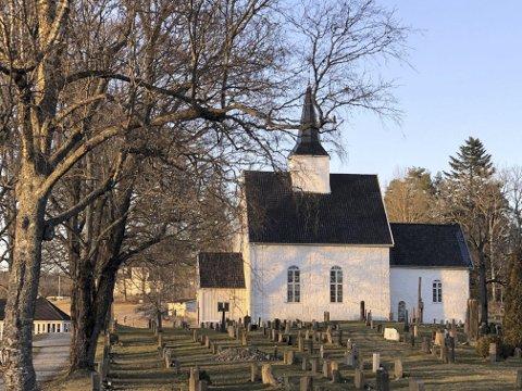 KVELD: Røyken kirke i skumringen en dag i vår.