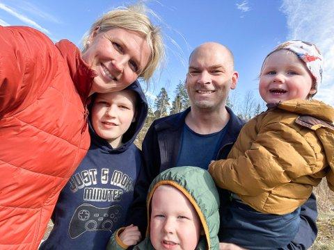 SAMLET I HJEMMET: Familien Hægeland har tilbrakt mye tid sammen den siste måneden, med stengt barnehage og skole og begge foreldre på hjemmekontor. Nå ser de fram til at barnehagen åpner igjen. Fra venstre: Linda Marie, Joakim, Bård, Kristoffer. Foran: Jonas.