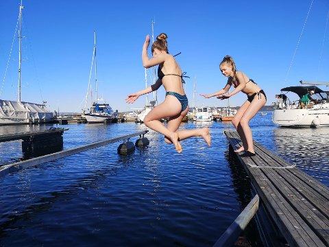 HOPPER UTI: Hannah Norlie og Selma Monstad hoppet flere ganger fra brygga.