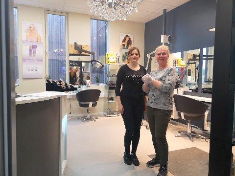 FULLT BELEGG: Frisør Annine Bøhlerengen og daglig leder Tone Dahl Vollan vil ikke få tid til å kjede seg framover . Samtidig er frisørene og kundene pålagt strenge smitteverntiltakt.