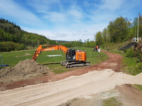 I GANG: Gravearbeidene har såvidt begynt, og etter planen skal det nye fotballanlegget til Sætre IF Graabein stå klar 1. august i år.