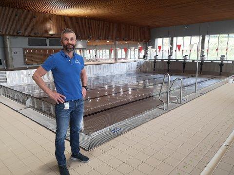 TOMT: Erik Schreuder lover at de ansatte skal gjøre sitt for å kunne åpne noen bassengflater for skolene den 1.j uni, to uker før resten av anlegget skal åpne.