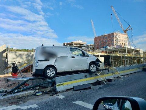 KOLLISJON: Bilen havnet til slutt oppå autovernet like før Rortunet.