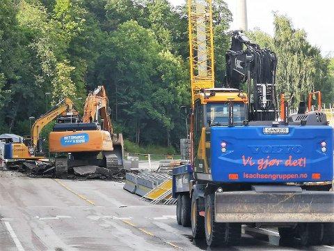 TO DAGER?: I følge tips RHA har fått kan Slemmestadveien allerede være reparert i løpet av to dager, men veieier Viken vil ikke love annet enn at det skal skje så raskt som mulig.