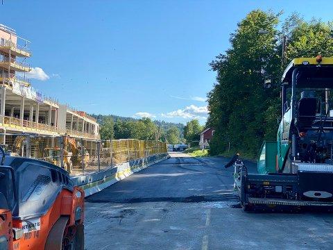 Fredag ettermiddag er Slemmestadveien asfaltert. Snart åpner veien for trafikk.