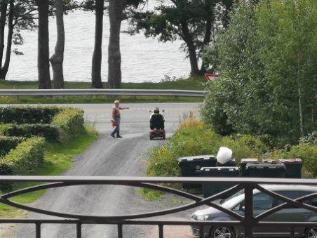 SPERRET: Denne damen kom ikke inn på gangveien med rullestolen ettersom gangveien var stengt med sperrebånd under sykkelrittet.