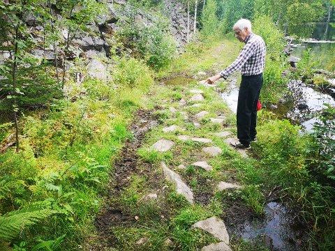 DYPE SPOR: Grunneier Knut Baarsrud vurderer å sette opp bom for å hindre uløvlig ATV-kjøring rundt Baardsrudtjernet.