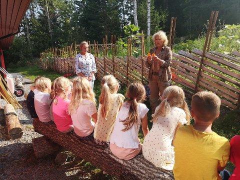 SMAKSPRØVE: Skolehagelærer Siw Bjelland inviterer elevene til å smake på oransje og gul ringblomst.