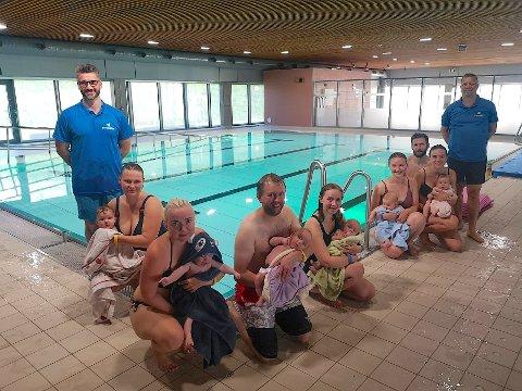POPULÆRT: Aldri før har så mange gått på babysvømming på Røykenbadet som akkurat nå. Instruktør Rodrigo Martins Alves til venstre og svømmekursansvarlig Odd Bjørn Moen lengst til høyre.