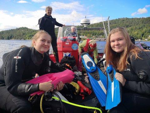 YNGSTE: Foran t.h Tuva Rødset (18) og Thea Martinsen (25) fra Spikkestad gleder seg til å komme uti det varme sensommervannet.