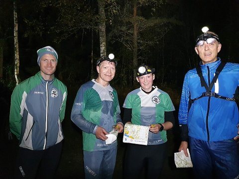 NATTLØPERE: Løypelegger Knut Holth Rakaa sammen med tre av Røyken-løperne som manøvrerte seg gjennom Kjekstadmarka med hodelykt, Øyvind Hansen, Hege Holth Rekaa og Kjell Jarle Gausemel.