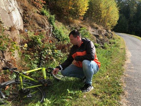 SLENGT: Tor-Erik Sivertsen, var lei av å møte dette synet når han luftet hunden. Nå opplever han at mange sykler blir returnert.