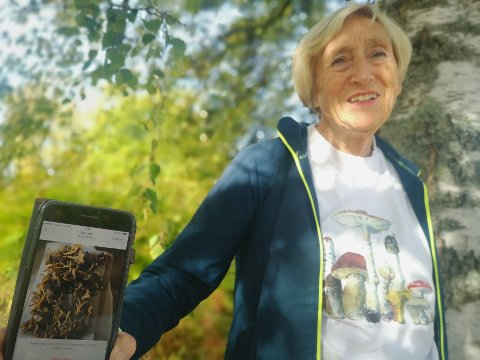 GLAD I SOPP: Ingrid Absudal vokste opp med en soppinteressert familie og tok senere biologi ved universitetet. Interessen for sopp og nyttevekster har blant annet gjort at hun er en av kommunens godkjente soppkontrollører.