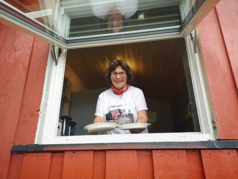 VAFFELVINDU: Barbara Andreassen serverer vafler til turfolket gjennom vinduet på Herstdheihytta.