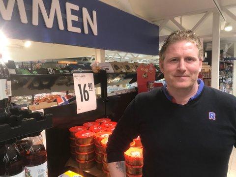 - GLAD: Vårt beste år noensinne, sier kjøpmann ved Rema 1000 i Åros, Jon Anders Wengaard.