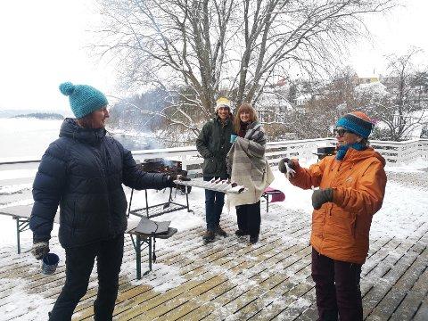 UTEKOS: Marianna Xiros Villard serverer kaffe og kaker til Guri Breien på verandaen på Strandheim leirsted på Nærsnes..