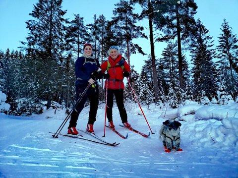 LØRDAGSTUR: Annlaug Astad og datteren Marte Andrea Astad Paulshus tok med seg hunden Leo på en impulsiv ettermiddagtur lørdag.  Her er de nedenfor Trangeberget i Kjekstadmarka.