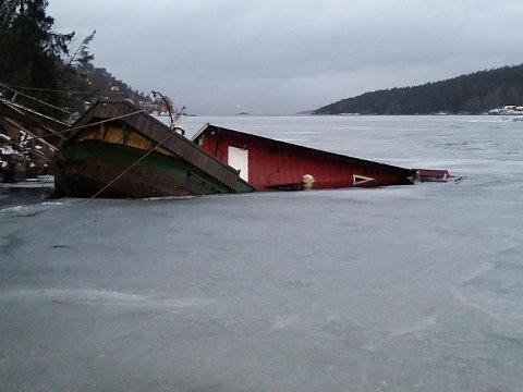 SUNKET: Lekteren i Lagahølet har sunket, og nå må Asker kommune sette i gang med en ny redningsoperasjon.