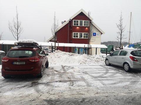 SER DU MERKINGEN? Til høyre for den røde bilen til RHAs utsendte er det merket for funksjonshemmede. Men ser du merkingen gjennom snøen? Det var ikke noe annet trafikkregulerende skilt å se i nærheten.