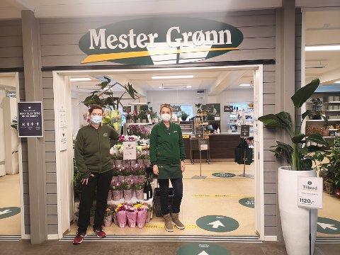 BLOMSTER: Butikkleder Unni Hansen og kollega Heidi Lerdahl forteller at de er klare til å forsyne kundene med  blomster, enten det gjøres i butikken eller via nettbestilling.