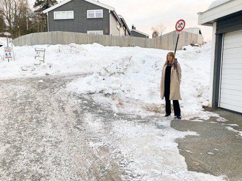 ØNSKER BEDRING: Ved store snøfall skal det ikke mye mer til før garasjeporten til Åse Mai Müller i Heggedalsmarka blir dekket. Bildet er tatt etter den siste tids snøsmelting.