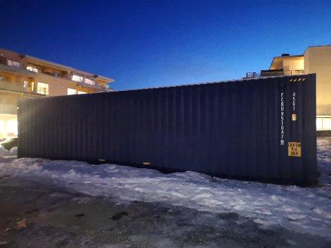 KONTEINER 1: Den største av de to konteinerene står på den gresslagte eiendommen tvers over gaten fra Kiwi på Spikkestad.