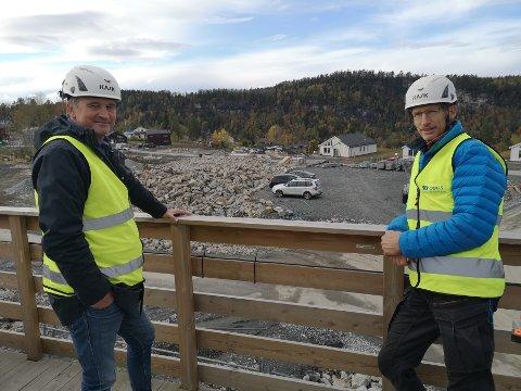 SELGER UNNA: Salgskonsulent Espen Oland og prosjektleder Fredrik Giertsen foran ormådet som skal legegs ut for salg med fem boliger etter nyttår.