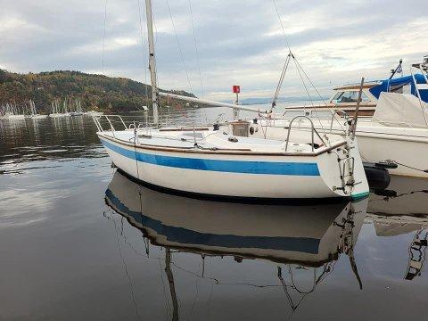 FORLATT: Denne seilbåten på 25 fot har ligget forlatt siden i sommer. Nå kan den bli din, men da må du være rask med å melde din interesse.