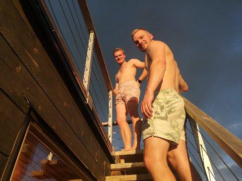 HØSTSOL: Erling Eknes og Sigurd Liltvedt på vei til taket på badstua.